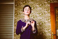 Two-piece suit in purple. 100% cool wool. Circular tone buttons. Skirt buttoned on the left side and side openings with button detail side.  Traje de dos piezas en color morado. 100% lana fría. Botones circulares al tono. Falda abotonada en el lateral izquierdo con aberturas laterales.