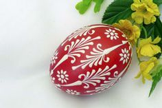 You can buy Sorbian Easter Eggs in the wax Boss technique here individually. Colorful colors are typical of Sorbian Easter eggs. Christmas Favors, Christmas Bulbs, Egg Shell Art, Easter Egg Pattern, Easter Egg Designs, Cute Easter Bunny, Ukrainian Easter Eggs, Painted Rocks Kids, Spring Projects