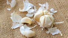 5 Fast and easy ways to peel garlic Food Hacks, Food Tips, Food To Make, Garlic, Food And Drink, Nutrition, Yummy Food, Vegetables, Health