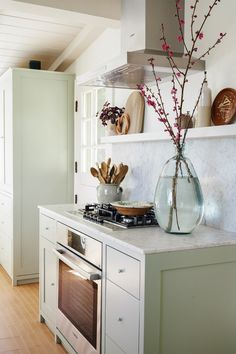 Home Decoration Industrial green kitchen cabinets with white marble countertops.Home Decoration Industrial green kitchen cabinets with white marble countertops Green Kitchen Cabinets, Upper Cabinets, Kitchen Floors, Kitchen Dining, Breakfast Nook Bench, Decoration Bedroom, Kitchen Trends, Kitchen Ideas, Diy Décoration