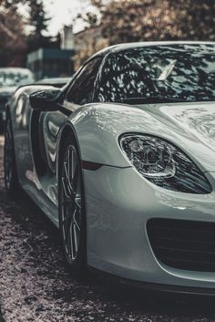 The Porsche 918 Spyder is a Hybrid supercar with a limited production of 918 units that ended in The car is available as a coupe and as roadster. Porsche 918, Porsche Carrera Gt, Porsche Cars, Ferdinand Porsche, My Dream Car, Dream Cars, Supercars, Best Cv, Porsche Modelos