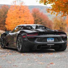Porsche Spyder. Porsche 918 Spyder to bardzo ceniony przez znawców samochód sportowy marki Porsche. Wyprodukowano go jedynie w ilości mniejszej niż 1000 egzemplarzy. Do 100 km/h samochód ten przyspiesza w 2,6 s, a do 200 km/h zaledwie 7,5 s. Jego prędkość maksymalna to 345 km/h. 918 Spyder zużywa średnio 3,1 l/100 km! Zawdzięcza to jednemu silnikowi spalinowemu i dwóm elektrycznym. #auto #motoryzacja #sport ##Porsche ##Spyder