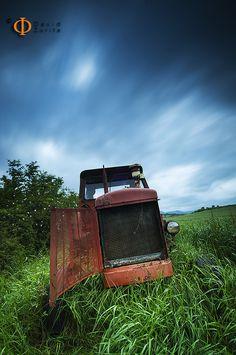 https://flic.kr/p/ta6A6W | Old times... | Fotografía realizada con los Sunrisers de f22.  Cuando fuí a buscar las localizaciones para venir a ver amanecer con el grupo me encontré con este precioso tractor ya en desuso y abandonado. Es muy fotogénico y estoy deseando ir por la noche hacerle unas nocturnas.   Tengo varias tomas y no sabía por cual decidirme, quizás suba tb la que tengo en blanco y negro .  Todo el mérito de esta imagen es por los filtros que @Aprendizdebrujo me prestó para la…