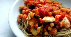 Rajčatová omáčka s cizrnou, cuketou a žampiony Kung Pao Chicken, Chutney, Salsa, Spaghetti, Eat, Ethnic Recipes, Food, Essen, Salsa Music