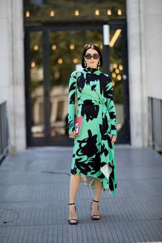 The Street Style Crowd Wore Plenty of Polka Dots at Paris Couture Week - Fashionista Model Street Style, Street Style Looks, Christmas Fashion, Autumn Fashion, London Fashion Week Mens, Paris Fashion, Couture Week, Autumn Street Style, Cool Street Fashion
