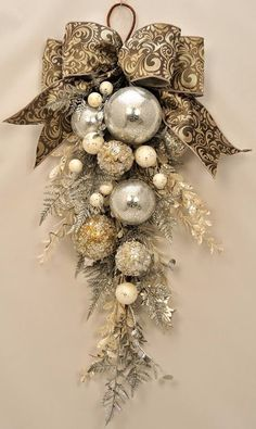 Christmas wreaths for front door, swag christmas ornaments unique . Christmas wreaths for front door, swag christmas ornaments unique . Christmas Swags, Noel Christmas, All Things Christmas, Winter Christmas, Vintage Christmas, Christmas Ornaments, Ornaments Ideas, Christmas Christmas, Burlap Christmas