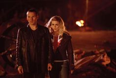 Christopher Eccleston as the Ninth Doctor & Billie Piper as Rose Tyler - Doctor Who Doctor Who Tv, Ninth Doctor, First Doctor, Watch Doctor, Rose Tyler, The Empty Child, Serie Doctor, Rose And The Doctor, Distressed Leather Jacket
