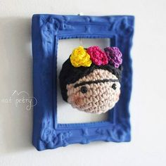 Do not know what to buy for your secret friend? How about this Fridinha Quadro that is pure love ☁ available in the virtual store. Link in the bio #fridakahlo #amigurumi #mexico #colors #decor # crochet #flores #primavera #frame #instadecor #handmade #echoamao #decoracao #frida #presente