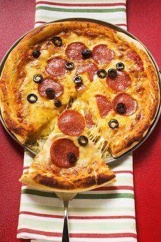 Salami-Pizza mit schwarzen Oliven und Mozzarella und Gouda | Zeit: 45 Min. | http://eatsmarter.de/rezepte/salami-pizza-4