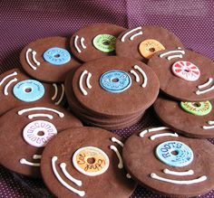 vinyl record cookies - 80s themed cake - For all your cake decorating supplies, please visit craftcompany.co.uk