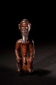 Statuette BEMBE (Rép. du Congo Brazzaville). Statuette fétiche de petite taille représentant un dignitaire de haut rang, les yeux incrustés de faïence. La charge magique «Bilongo» était introduite dans… - Ader - 22/06/2015