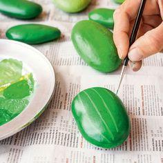 Cactus súper resistentes hechos con piedras Painted Rock Cactus, Painted Rocks Craft, Rock Painting Patterns, Rock Painting Designs, Stone Cactus, Art Mignon, Plant Crafts, Cactus Decor, Rock Crafts