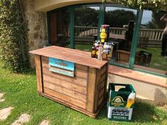 With 45 wooden pallets as inspiration, your dream of having a bar at home or in your garden can quickly become a reality! Build your own bar and relax with family and friends to enjoy a delicious drink or cocktail. Pallet Furniture, Outdoor Furniture, Outdoor Decor, Build Your Own Bar, Wooden Pallets, Awesome, Home Decor, Google, Pallet Counter