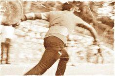 """Chi vuole identificare la Garfagnana in un gioco non può pensar altro che a """"il tiro della forma"""". Le sue origini sono antichissime e le sue regole generali sono semplici a dirsi: fra due contendenti vince colui che riesce a tirare (o meglio a far rotolare) una forma di formaggio il più lontano possibile, detto così lo scopo della competizione può essere quasi puerile, al limite dell'infantile, ma alla fine di questo articolo il mio ignaro lettore cambierà idea."""