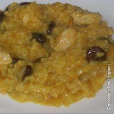 Arroz al curry con pollo, pasas y piñones