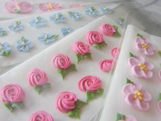 tams' little corner of the world: Pretty Packages - Royal Icing Flowers Cookie Frosting Recipe, Icing Frosting, Cake Icing, Cake Decorating Techniques, Cake Decorating Tutorials, Cookie Decorating, Decorating Ideas, Royal Icing Templates, Royal Icing Transfers