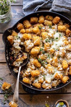 One Skillet French Onion Tater Tot Casserole. - Half Baked Harvest - - This dish is easy, takes just about an hour to make, is cheesy, heavy on the potatoes, and all-around delicious! Tater Tots, Tater Tot Casserole, Beef Casserole, Planning Menu, Bon Dessert, Soup Appetizers, Half Baked Harvest, Food Staples, French Onion