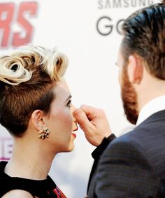 Scarlett Johansson has her nose pinched by Chris Evans as they attend 'The Avengers: Age Of Ultron' European premiere at Westfield London on April 2015 in London, England. Natasha Romanoff, Marvel Actors, Marvel Movies, Chris Evans Scarlett Johansson, Scarlett Johansson Movies, Chris Evans Beard, Chris Evans Funny, Robert Evans, Christopher Evans