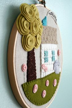 felt house in an embroidery hoop Embroidery Hoop Crafts, Felt Applique, Embroidery Hoop Art, Embroidery Ideas, Etsy Embroidery, Embroidery Stitches, Fabric Crafts, Sewing Crafts, Sewing Projects