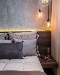 Bedroom . Pendentes laterais com lâmpada de filamento. (Autoria de Criação @claudiaalbertiniarquitetura | Foto @demian.golovaty)