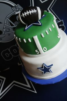 Cool football cake for the boys, but a different team Dallas Cowboys Kuchen, Dallas Cowboys Birthday Cake, Cowboy Birthday Cakes, Dallas Cowboys Party, Cowboy Cakes, Football Birthday, Dallas Football, Pittsburgh Steelers, Football Cakes For Boys