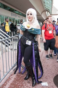 LOVE this Ursula Cosplay! / Ursula, with a Flotsam Jetsam shrug - so clever! Disney Cosplay, Disney Costumes, Cool Costumes, Cosplay Costumes, Costume Ideas, Ariel Cosplay, Woman Costumes, Creative Costumes, Cosplay Ideas