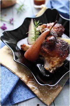 Canette rôtie au miel et pain dépices, poires pochées au vin
