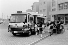 A book bus of the Library of Higashimatsuyama City, Japan, carried books and was traveling between 14 stops around the city. Mobile Library, Mitsubishi Motors, Rare Photos, Photo Library, Around The Worlds, Japan, Retro, Bookstores, Writers