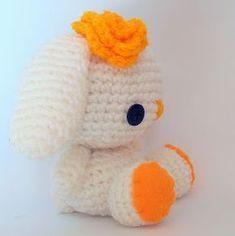 Ez a nagyobb méretű horgolt nyuszi szép ajándék. A minta alapján gyakorlattal meghorgolható, virágokkal, hímzéssel pedig személyre szabható Bunny Nails, Hobbit, Tweety, Hello Kitty, Nail Art, Knitting, Crochet, Character, Decor