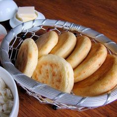 This is the traditional Venezuelan arepas recipe. Plain arepas to be filled with cheese, ham and cheese, meat, tuna salad, chicken salad and so on. Lactose Free Milk, Comida Latina, Yummy Food, Tasty, Ham And Cheese, Mo S, Snacks, Best Breakfast, Sin Gluten
