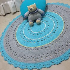Tapete de crochê redondo, azul e cinza, medindo 1 metro de diâmetro. Confeccionado com barbante de qualidade. Pode ser confeccionado em outras medidas e outras cores, conforme seu gosto ou sua decoração.