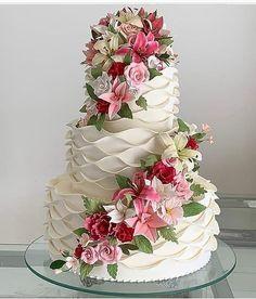 Fall Wedding Cakes, Elegant Wedding Cakes, Beautiful Wedding Cakes, Wedding Cake Designs, Beautiful Cakes, Dream Wedding, Elegant Cakes, Purple Wedding, Gold Wedding