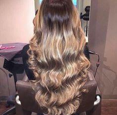 Peinado de ondas con tirabuzones en los lados