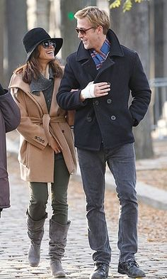Celebrity PDA: Ryan Gosling and Eva Mendes Cozy Up in a Parisian Cemetery on November 2011 Celebrity Couples, Celebrity Style, Hollywood Couples, Eva Mendes And Ryan, Ryan Gosling Style, Hey Baby Girl, Latin Women, Famous Couples, Fashion Advice
