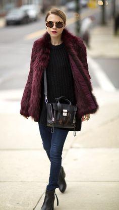 Casaco de pele fake, blusa preta, calça jeans, ankle boot