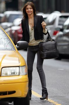 Miranda Kerr style - And somehow even the color of the taxi seems to coordinate with the outfit. 1 1