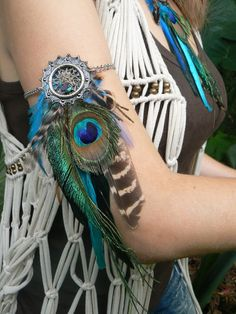 arm chain Coachella peacock pheasant feather dreamcatcher arm chain armlet in tribal inspired tribal boho belly dancer and hipster style Hipster Stil, Moda Hipster, Style Hipster, Hipster Fashion, Boho Fashion, Fashion Outfits, Hippie Chic, Boho Chic, Bohemian Style