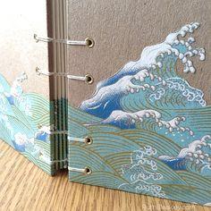 Si usted ha estado siguiendo en Instagram, me has visto crear este hermoso y único diario hecho a mano con papel japonés olas (www.instagram.com/ ruthbleakley). Cortar el patrón en la portada, selló en con un esmalte acrílico fino y había creado columna especial envolturas de modo que parece como si el diseño es lavado por el borde del libro.    El libro es un robusto 4.5 x 6 con cubiertas cartónLa denso que no deforme ni siquiera en los climas más húmedos. Contiene 160 páginas de magnífico…