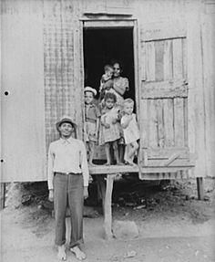 Un obrero en huelga de la industria azucarera con su familia en Yabucoa, Puerto Rico (1941).