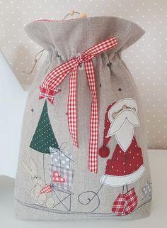 *Weihnachtsbeutel zum Befüllen*  verziert mit Nikolaus, Schlitten, Hase, Geschenken und Tannenbäumchen...  Das Säckchen ist zum Verschließen und kann je nach Belieben befüllt werden.   Damit...