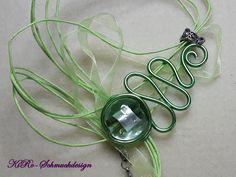 Ketten mittellang - Geschwungener Alu-Anhänger in grün - ein Designerstück von KiRoWeb-Schmuckdesign bei DaWanda