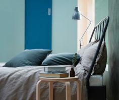 Struttura letto in acciaio grigio scuro e biancheria da letto grigia – IKEA