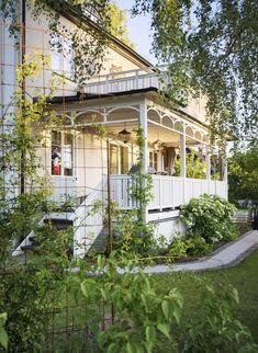 Cottage Porch, Home Porch, White Cottage, Garden Cottage, Home And Garden, Victorian Porch, Grades, Decks And Porches, Facade House