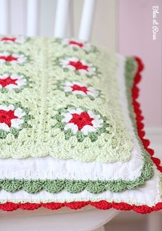 Minty granny pillow--photo inspiration only Crochet Afghans, Crochet Pillows, Knitted Cushions, Crochet Squares, Crochet Granny, Crochet Motif, Crochet Stitches, Knit Crochet, Crochet Patterns