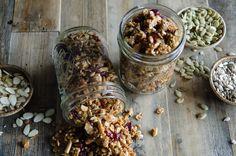 On en mange pas souvent du sarrasin mais c'est très bon et santé! Ce granola est vraiment une collation parfaite... Buckwheat Recipes, Almond Flour Recipes, Egg Recipes, Cooking Recipes, Free Recipes, Paleo Flour, Granola Cookies, Muesli, Healthy Snacks