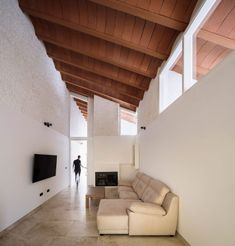 Within the house all of the home's rooms are arranged linearly. The front door opens onto a large patio, which divides the garage from the house's living spaces. Spanish Architecture, Vernacular Architecture, Colonial Architecture, Interior Architecture, Interior Design, Curved Patio, Types Of Bricks, Casa Hotel, 1950s House