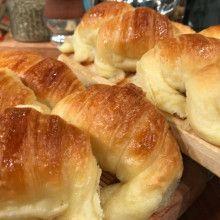 Facturas hojaldradas rellenas - Cocineros Argentinos Bake Croissants, Argentine Recipes, Pan Bread, Sweet Bread, Yummy Cakes, Hot Dog Buns, Baking Recipes, Sweet Recipes, Bakery