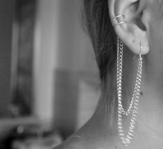 Tutorial on how to make an ear cuff with chains. Inexpensive and super cute. Step by step instructions in English and Norwegian.