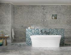 Este banheiro é daqueles em que gastamos horas relaxando. O mix de revestimentos é o destaque no décor, principalmente o azul, que imita o movimento das ondas do mar. A banheira tem design simétrico e o encosto duplo a torna perfeita para um banho a dois. O ambiente é da Doka Bath Works e será apresentado em março, na Revestir. #revistacasaclaudia #decor #decoration #decoração #home #house #casa #homedecor  #bathtub #bathroom