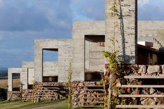 Las Piedras Fasano, escenario lunar firmado por Isay Weinfeld en Punta del Este, Uruguay. | diariodesign.com